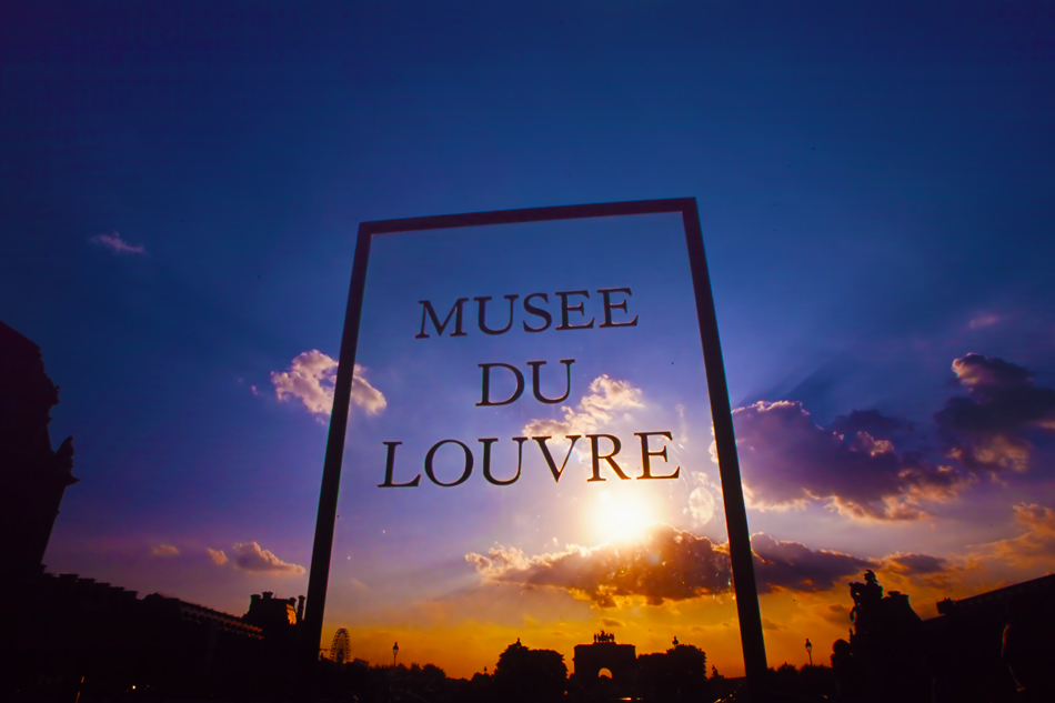 Musee-de-louvre-sign